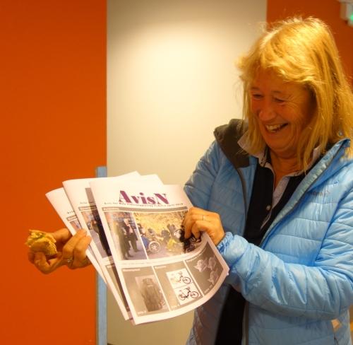 eva med avis